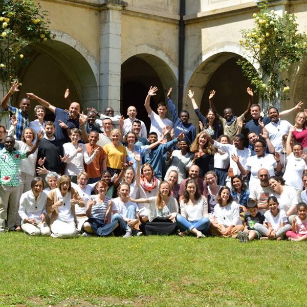 Les jeunes partagent le quotidien avec une vingtaine de frères et sœurs de l'abbaye – les repas, les services, la prière, la détente.
